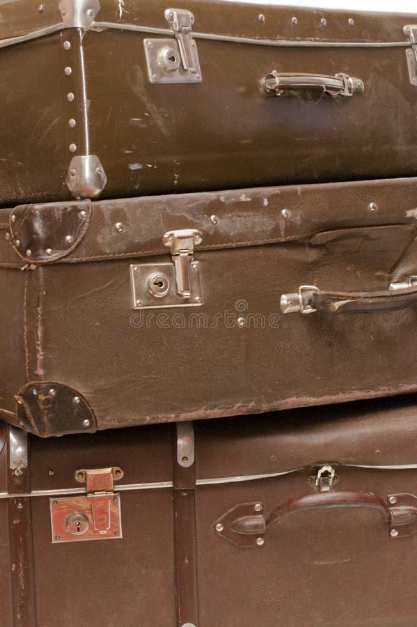 De hoop van oude koffers sluit omhoog stock afbeeldingen