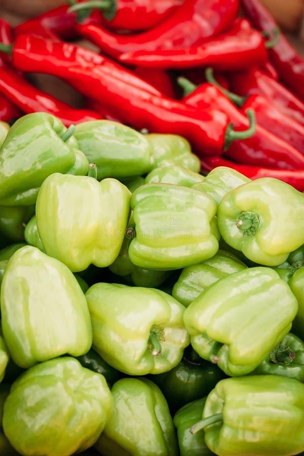 De hoop van roodgloeiende Spaanse pepers en de groene paprika's sluiten omhoog Achtergrond van peper textuur van hoop van peper m royalty-vrije stock afbeeldingen