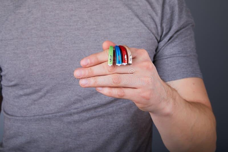 De hoorapparaten van de mensenholding van de verschillende kleuren, close-up royalty-vrije stock foto