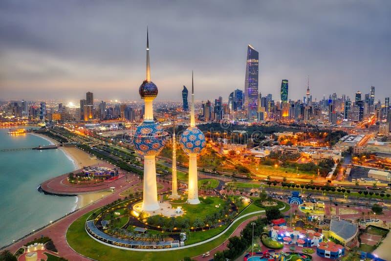 De Horizon die van de de Torenstad van Koeweit die bij nacht gloeien, in Koeweit in December 2018 wordt genomen in hdr wordt geno royalty-vrije stock foto