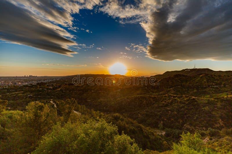 De horizon en hollywood het teken van Californië bij zonsondergang stock fotografie
