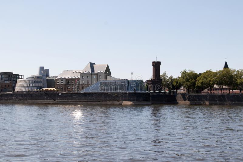 De horizon met de toren bij de Rijn-rivier in Keulen Duitsland stock foto