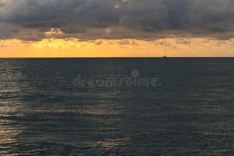 De Horizon tussen het Overzees en de Wolken stock afbeelding