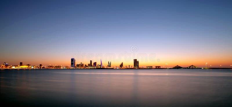 De horizon van Bahrein tijdens zonsondergang stock foto