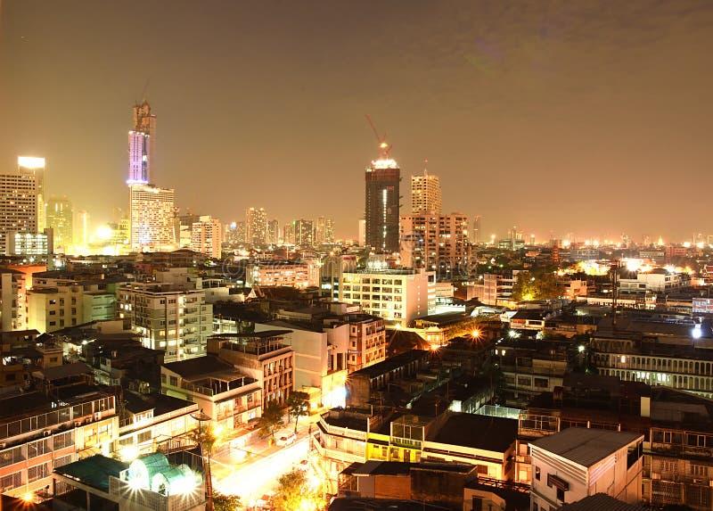 De horizon van Bangkok tijdens nacht stock afbeelding
