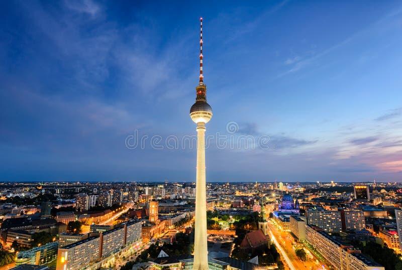De horizon van Berlijn, Duitsland bij nacht stock afbeeldingen