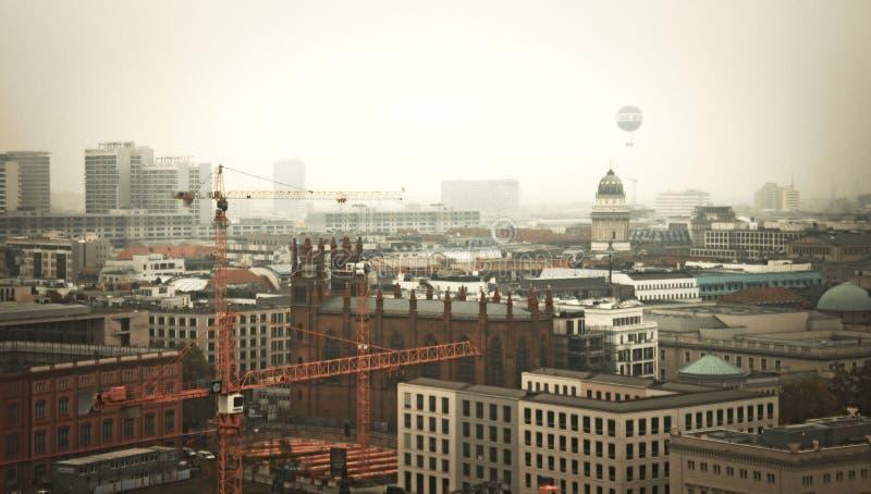 De horizon van Berlijn met oranje tint stock afbeeldingen