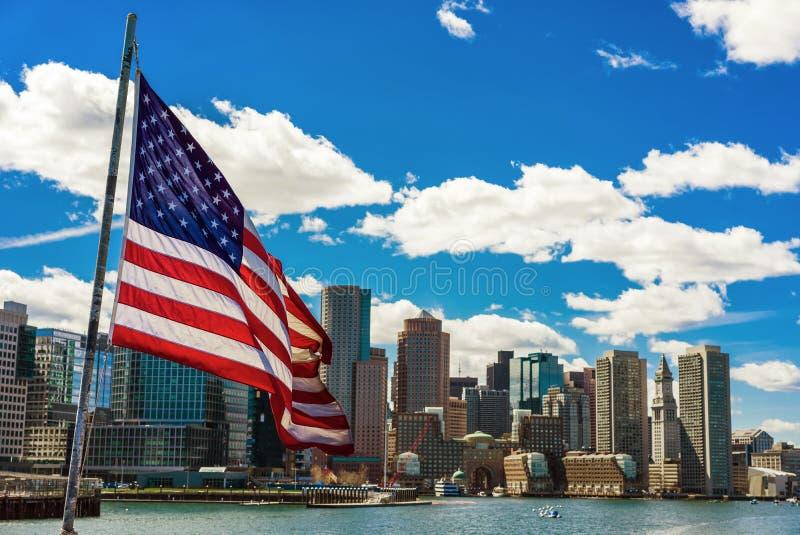 De horizon van Boston en de nationale vlag van Verenigde Staten stock afbeelding