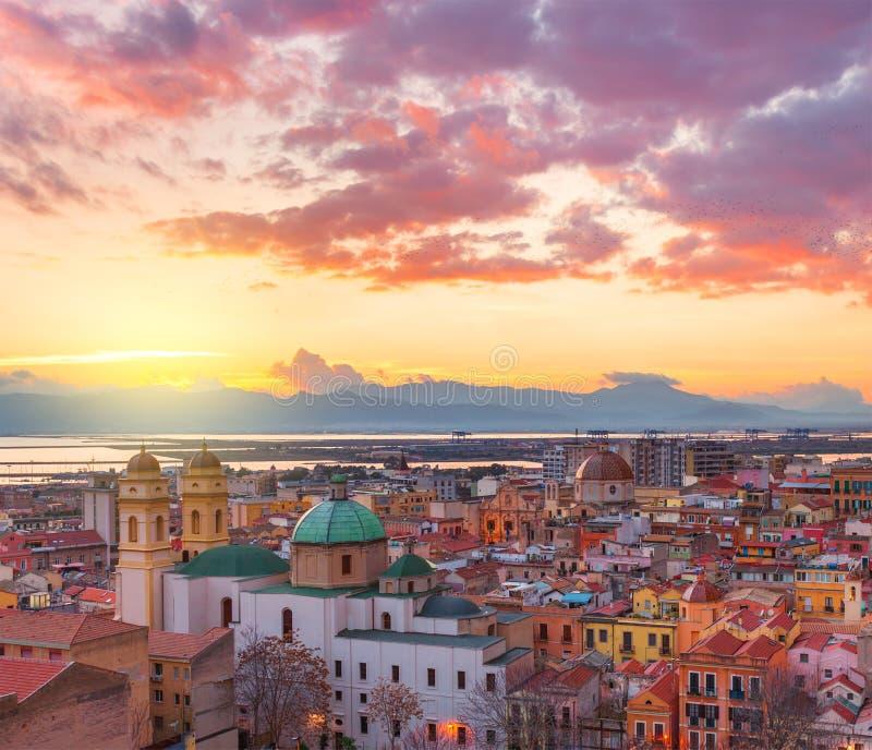 De horizon van Cagliari tijdens de zonsondergang, Italië stock foto