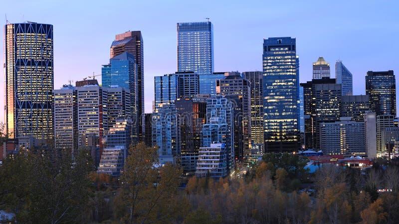 De horizon van Calgary, Canada bij schemering stock foto's