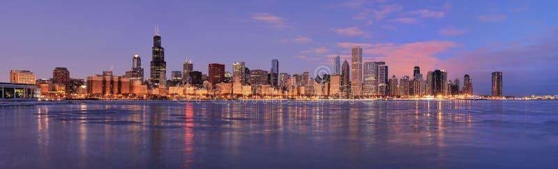 De horizon van Chicago bij dageraad stock fotografie