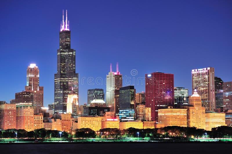 De horizon van Chicago bij schemer stock afbeelding