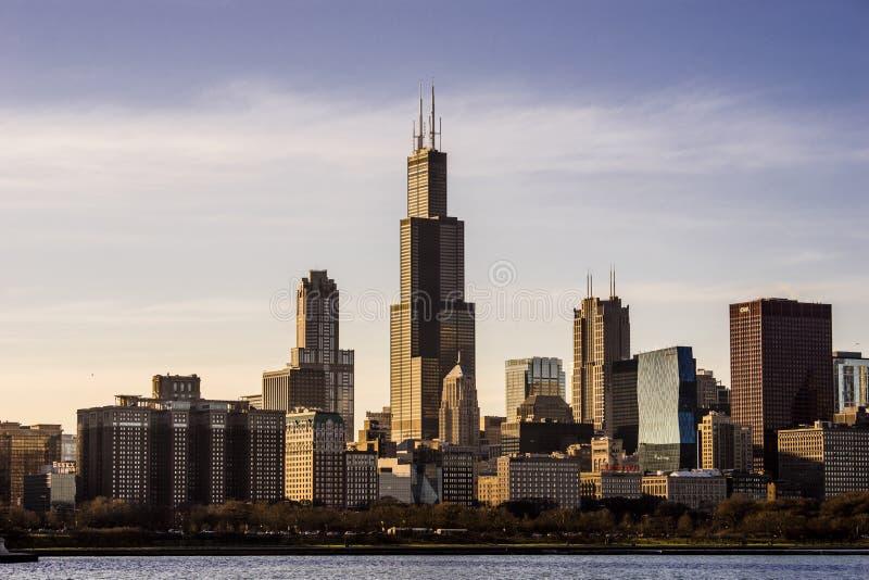 De horizon van Chicago, Illinois met Willis Tower bij zonsondergang stock foto's
