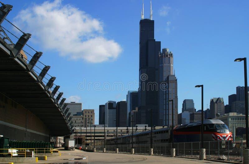 De Horizon van Chicago met Trein royalty-vrije stock afbeelding