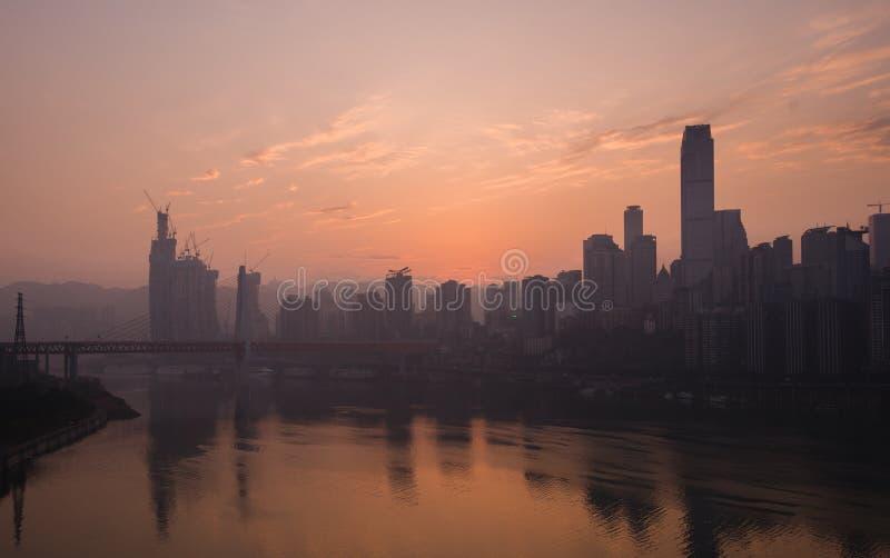 De horizon van de Chongqingsstad bij dageraad stock afbeeldingen