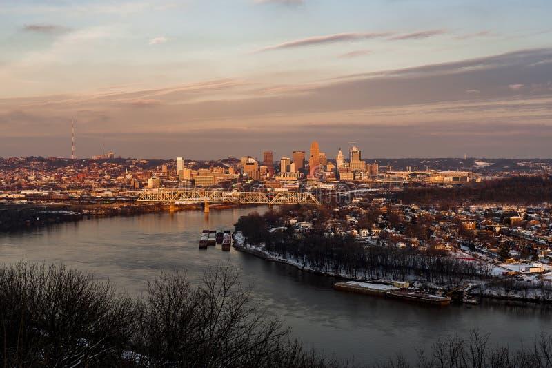 De Horizon van Cincinnati, Ohio en de Rivierscène van Ohio bij Zonsondergang royalty-vrije stock afbeeldingen