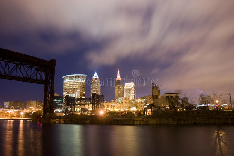 De horizon van Cleveland Ohio bij nacht royalty-vrije stock fotografie