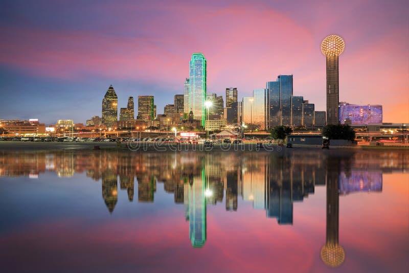 De horizon van Dallas in Drievuldigheidsrivier bij zonsondergang wordt weerspiegeld die stock afbeeldingen