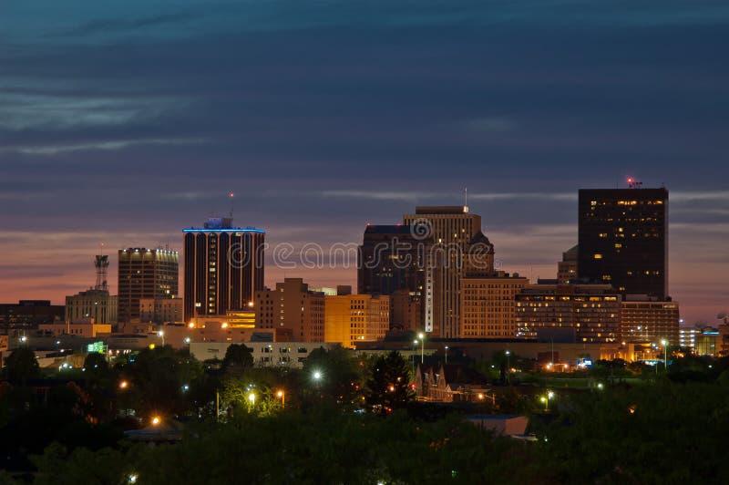 De horizon van Dayton Ohio bij schemer stock fotografie