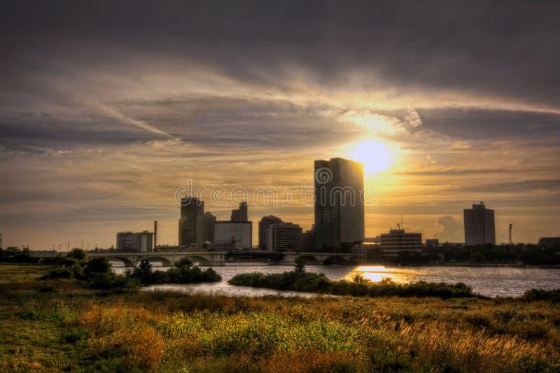 De horizon van de stad bij zonsondergang stock foto