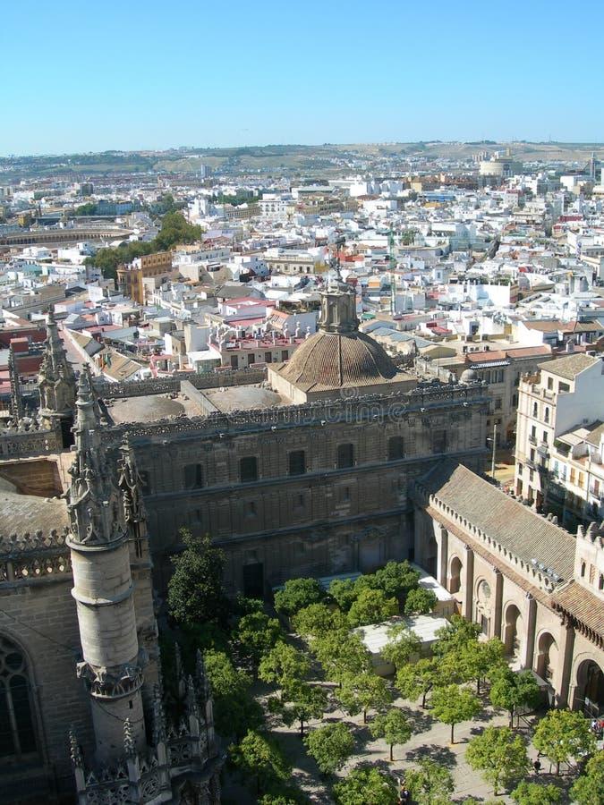 De horizon van de stad met de binnenplaats van het voorgrondkasteel royalty-vrije stock foto