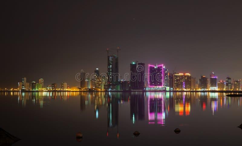 De Horizon van de Stad van de nacht Manama, de Hoofdstad van Bahrein royalty-vrije stock afbeeldingen