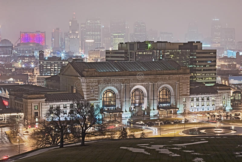 De Horizon van de Stad van Kansas op een Regenachtige Avond van de Winter royalty-vrije stock foto