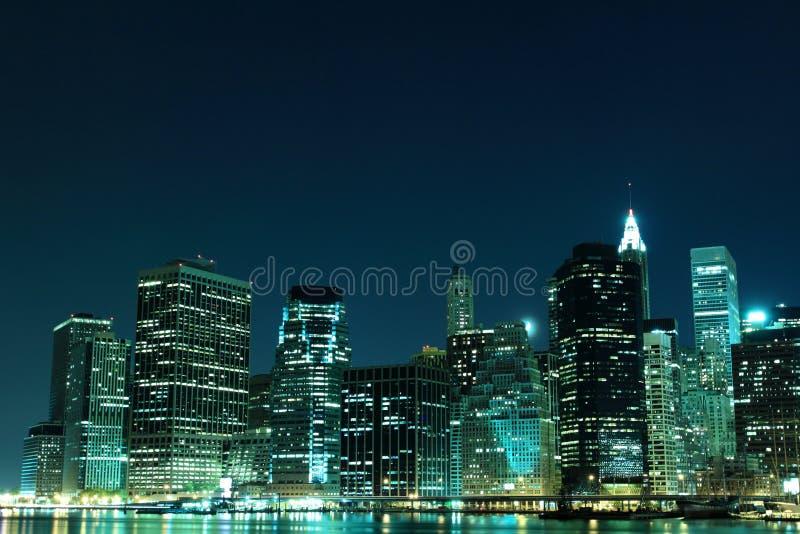 De horizon van de Stad van New York bij de Lichten van de Nacht royalty-vrije stock fotografie
