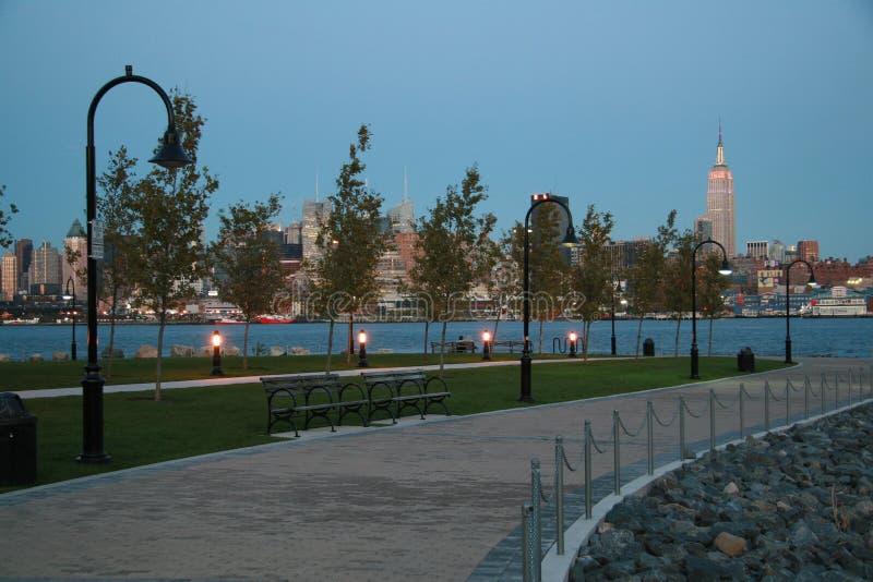 De Horizon van de Stad van New York bij Schemer van Hoboken, NJ stock foto