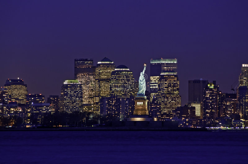 De Horizon van de Stad van New York en Standbeeld van Vrijheid royalty-vrije stock afbeelding