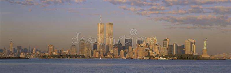 De horizon van de Stad van New York met De Torens van de Wereldhandel stock afbeeldingen