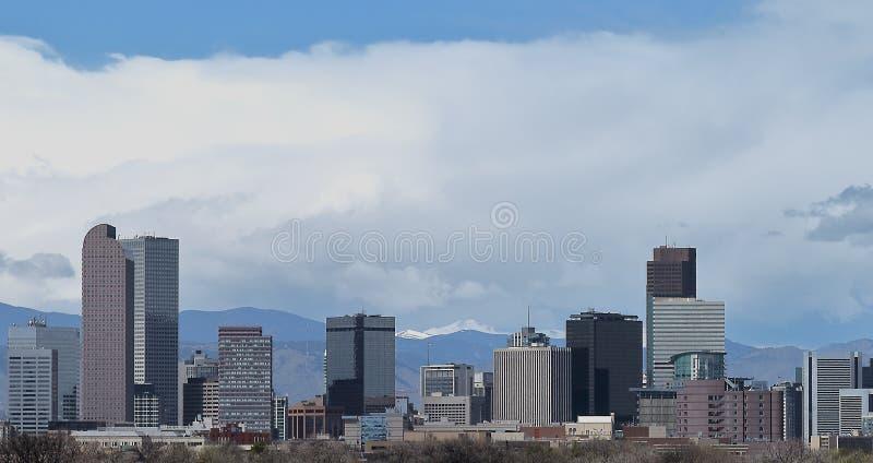 De horizon van Denver, Colorado, met Rocky Mountains in de afstand stock foto