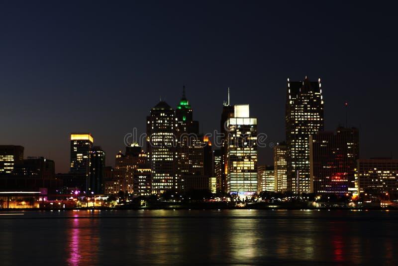 De Horizon van Detroit bij nacht stock afbeeldingen