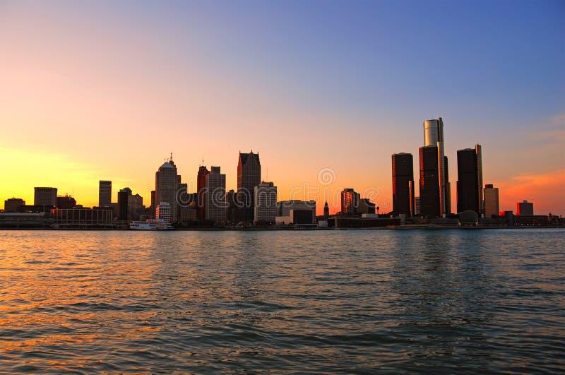 De horizon van Detroit bij zonsondergang stock foto