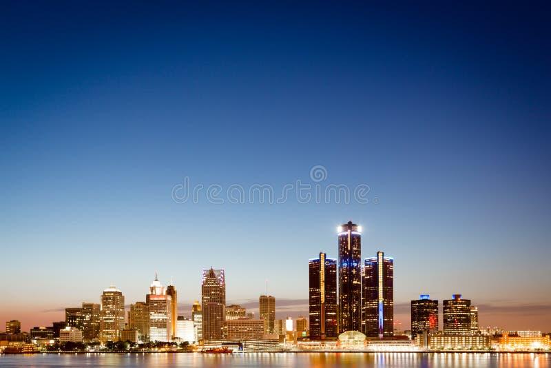 De horizon van Detroit, Michigan bij schemering stock afbeelding