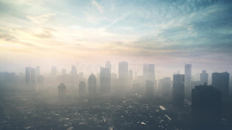 De horizon van Djakarta in zonsopgangtijd royalty-vrije stock afbeeldingen