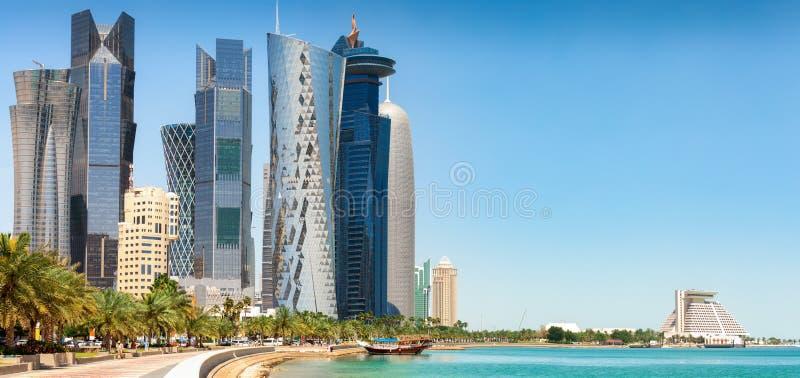 De horizon van Doha op een zonnige de lentedag royalty-vrije stock afbeelding