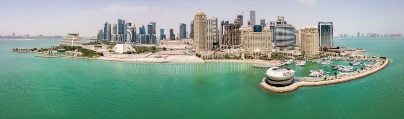 De horizon van Doha, Qatar Moderne rijke stad van het Middenoosten van wolkenkrabbers, satellietbeeld in goed weer, mening van ja stock foto