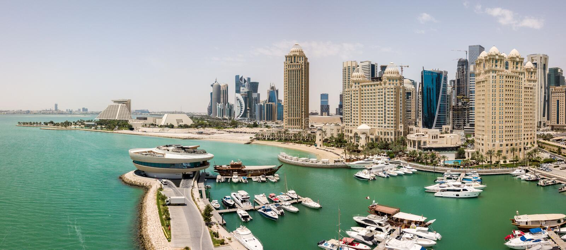 De horizon van Doha, Qatar Moderne rijke stad van het Middenoosten van wolkenkrabbers, satellietbeeld in goed weer, mening van ja royalty-vrije stock foto