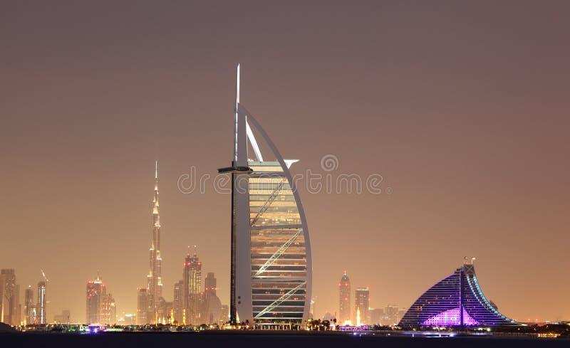 De horizon van Doubai bij nacht stock fotografie