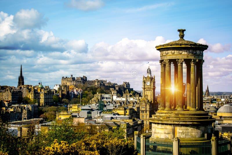 De horizon van Edinburgh zoals die van Calton-Heuvel wordt gezien het monument van Edinburgh Dugald Stewart met het Kasteel van E royalty-vrije stock afbeelding