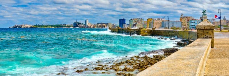 De horizon van Havana en de iconische Malecon-zeedijk met een stormachtige oceaan royalty-vrije stock afbeeldingen
