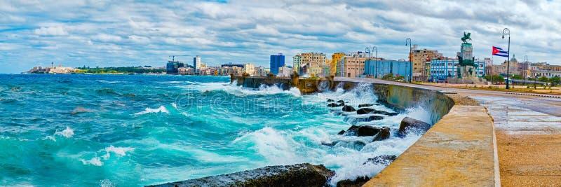 De horizon van Havana en de iconische Malecon-zeedijk met een stormachtige oceaan stock fotografie