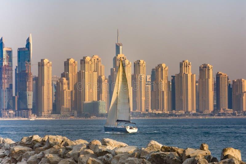 De horizon van het jachthavendistrict, Doubai, de V.A.E stock afbeeldingen