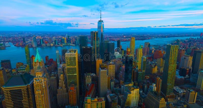 De horizon van het de Stadspanorama van New York bij zonsopgang Het bureaugebouwen van Manhattan/skysrcapers bij de ochtend De St stock afbeeldingen