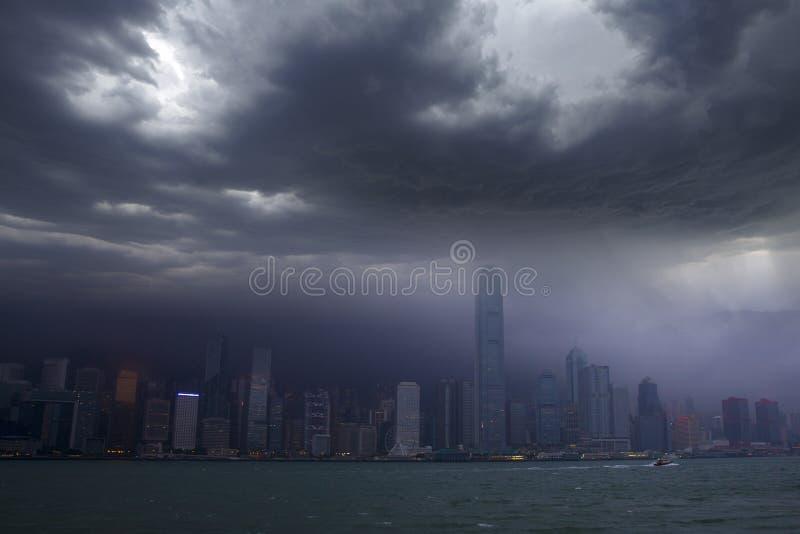 De horizon van Hongkong onder tyfoon het aanvallen