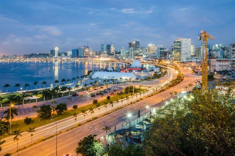De horizon van hoofdstad Luanda, de baai van Luanda en de kust wandelen langs met weg tijdens middag, Angola, Afrika royalty-vrije stock afbeeldingen