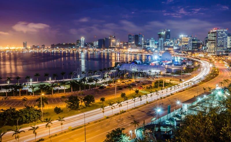 De horizon van hoofdstad Luanda, de baai van Luanda en de kust wandelen langs met weg tijdens middag, Angola, Afrika stock foto's