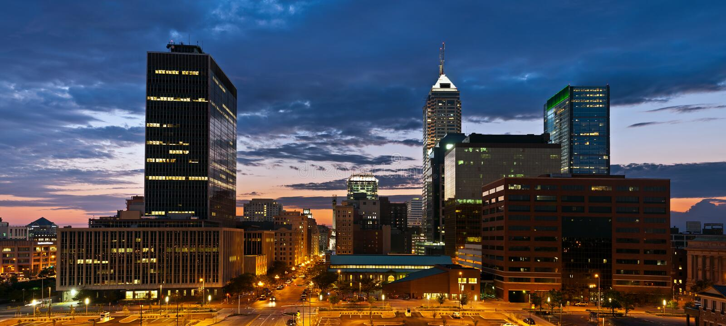 De horizon van Indianapolis bij zonsondergang. stock foto's
