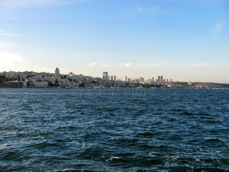 De horizon van Istanboel door het overzees stock foto's